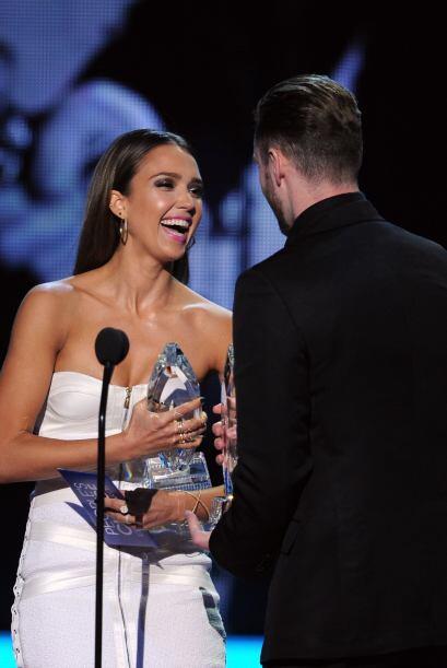 Jessica bromeando con Justin en el escenario.