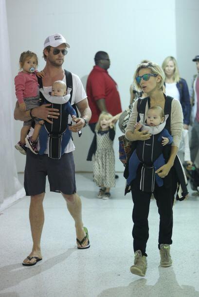 Así captamos a esta gran familia, paseando por el aeropuerto de Los Ánge...
