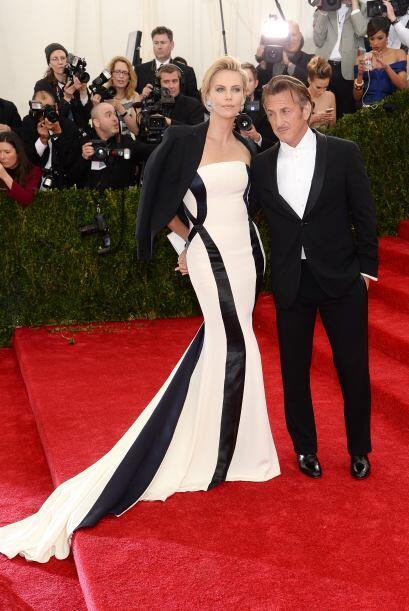 ¡El amor, el amor! Charlize Theron y Sean Penn llegaron muy bien combina...