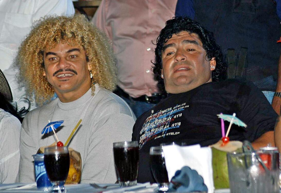 Los 56 años de Diego Maradona, entre la gloria y la controversia Amigos.jpg