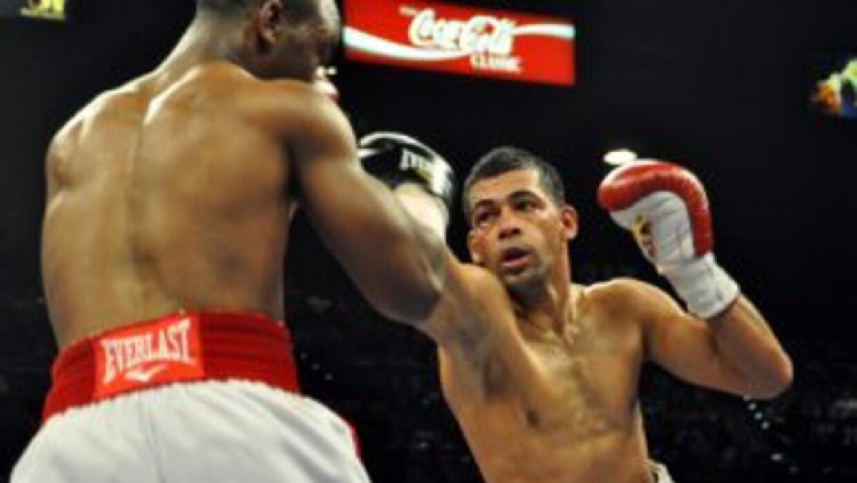 Carlos Quintana duplicó en golpes a DeAndre Latimore.