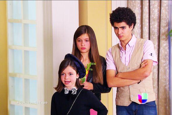 Es hija de unos buenos amigos de tu papá y quieren que la cuiden mientra...