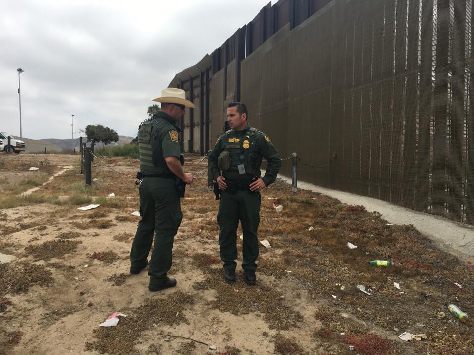 El agente fronterizo Saúl Rocha (derecha) conversa con uno de sus...