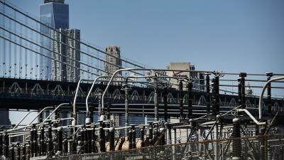 Una planta de energía en Brooklyn frente a Manhattan, el 15 de marzo de...