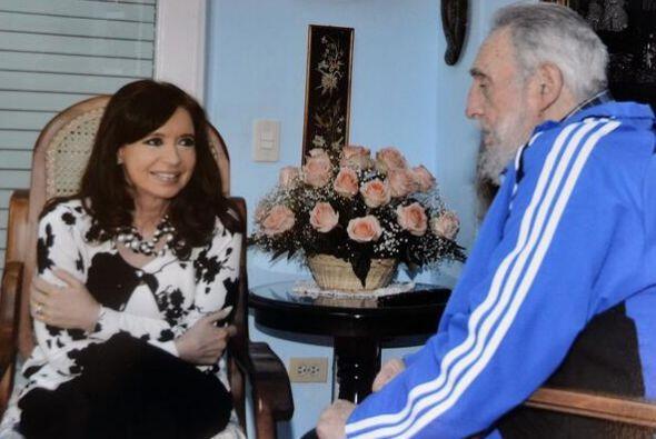 El líder de 87 años y retirado del poder desde 2006, apareció animado co...