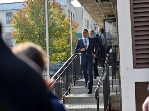 Barack Obama visitó la sede de su campaña electoral en Chi...