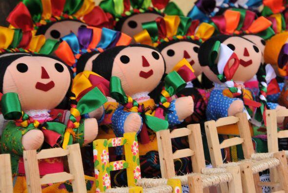 Las muñecas indígenas con colorido vestuario se han adaptado como repres...