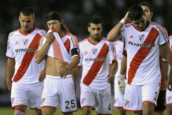 Estos jugadores son del club River Plate retirándose de la cancha luego...
