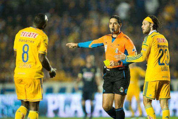 El ecuatoriano Joffre Guerrón se llevó una tarjeta amarilla, tras llegar...