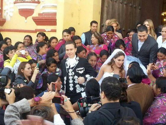 Manuel Velasco recibió el cariño de la gente que se congregó afuera de l...