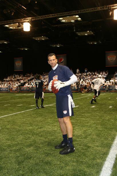 Félix Fernández utilizó sus guantes de portero de fútbol soccer para atr...