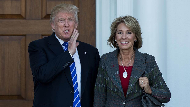 El presidente electo Donald Trump y la futura secretaria de Educación, B...
