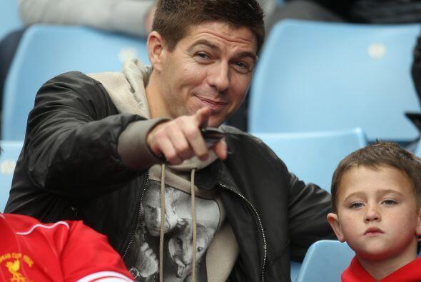 Steven Gerrard no vio acción, pero miró el partido desde las gradas.