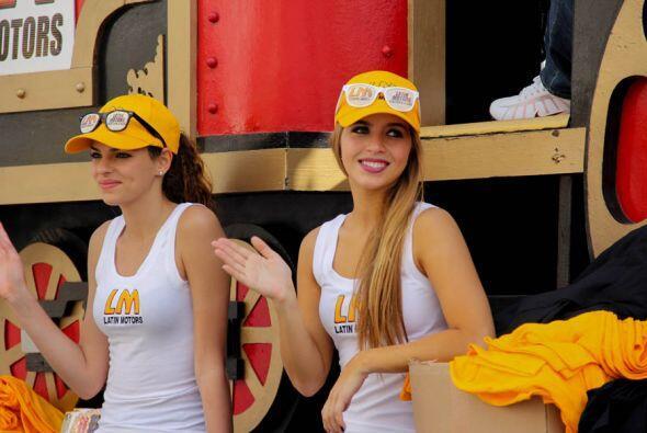 Las bellas representantes de Latin Motors en la carroza del concesionari...