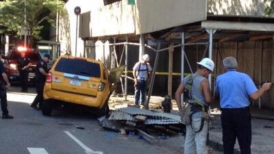 Una camioneta SUV se estrelló contra un taxi amarillo y terminó tumbando...