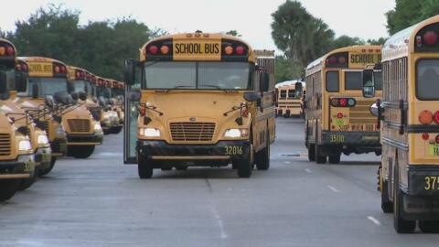 Un autobús escolar en Los Ángeles fue impactado por una ba...