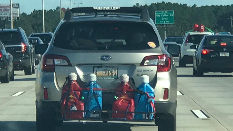 Conductores que llevan gasolina extra para el camino, en caso de que las...