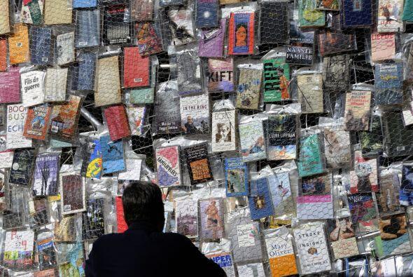 A lo  largo de la torre, la gente podrá ver libros en diferentes idiomas...