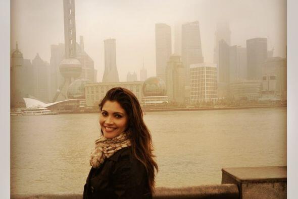 Detrás de mí está la ciudad de Shanghai, una de las ciudades más moderna...