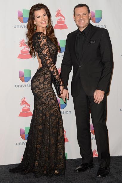 Alan Tacher muy elegante junto a su esposa.