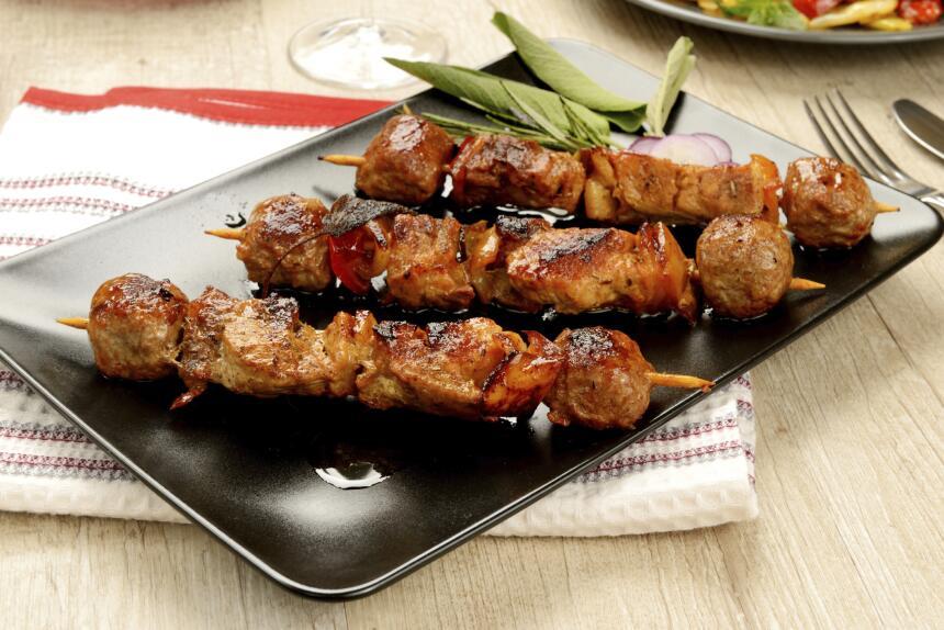 Para hacer la mezcla que le dará todo el sabor a los kebabs necesitas un...