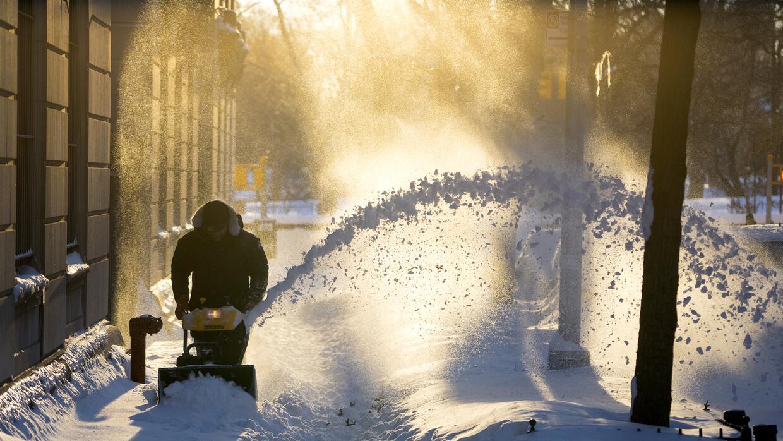 Se despeja nieve a lo largo de una calle en el vecindario del Upper West...