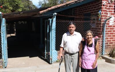 Fabio y Avelina Salinas pagan sus gastos de salud gracias al dinero que...