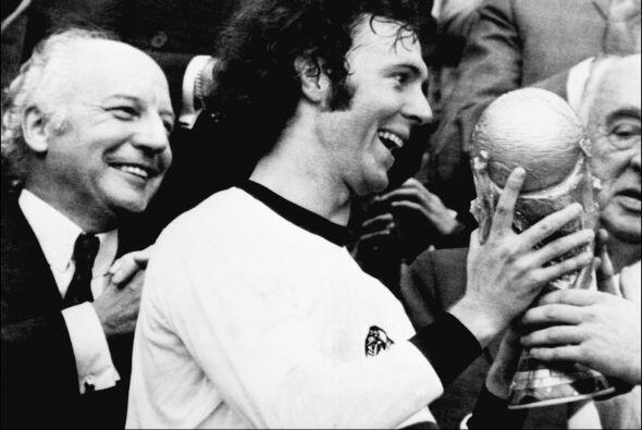 Franz Beckenbauer es un exfutbolista y exdirector técnico alemán. Apodad...