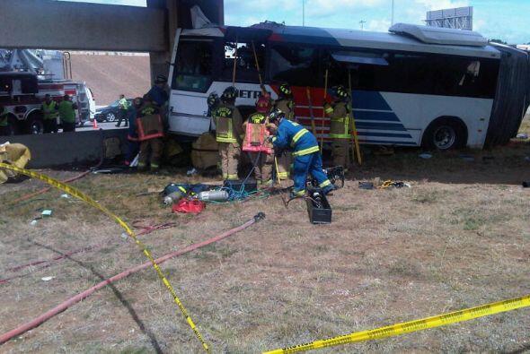 Lastimosamente el impacto le causó la muerte al conductor de la unidad.