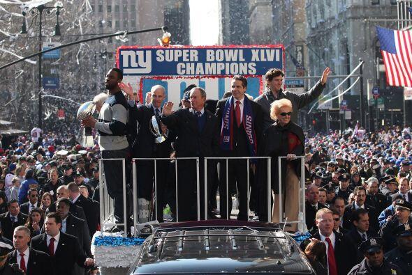 En el carro principal, el coach Tom Coughlin, Eli Manning y Justin Tuck...
