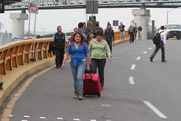 Usuarios del aeropuerto tuvieron que caminar para acceder al lugar.