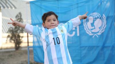 Murtaza recibe una camiseta firmada por Leo Messi