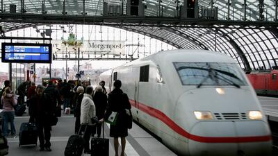 Pasajeros esperan en la Estación Central de Berlín, en Alemania.