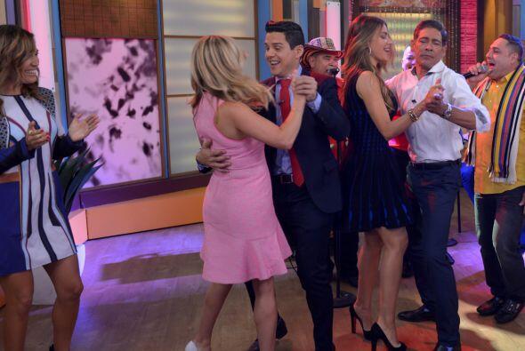 ¡Suertudotes! Alejandro y Johnny invitaron a bailar a las chicas.