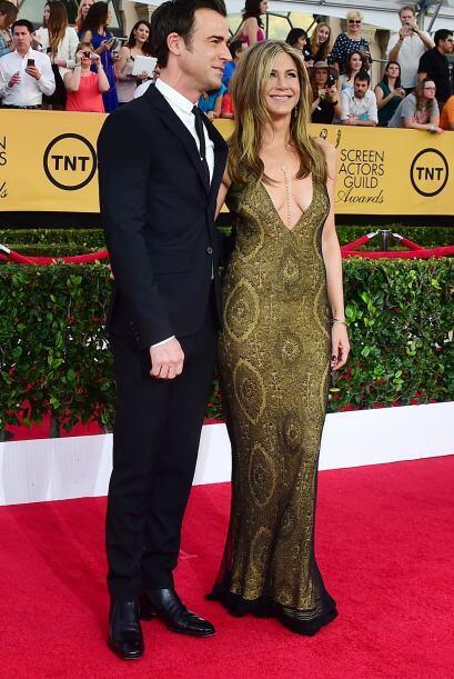 Jennifer Aniston cautivó con su modelito y desfiló junto con Justin Ther...