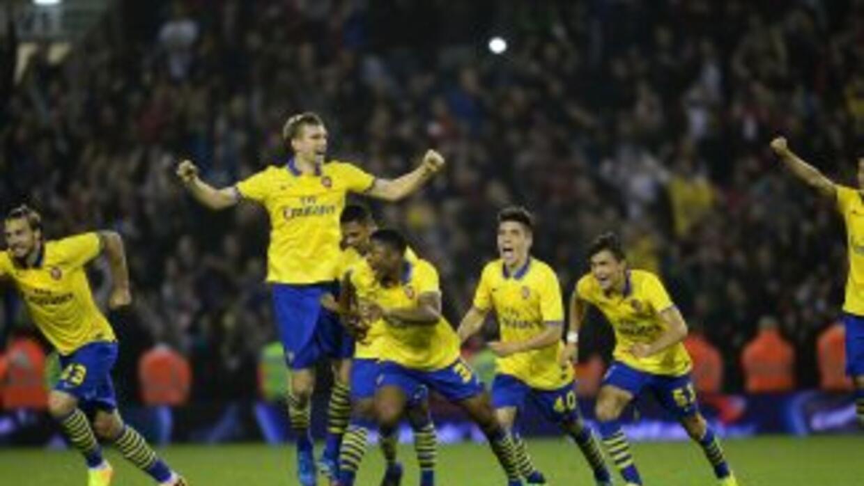 Los jugadores del Arsenal corren luego de que Nacho Monreal marcara el p...