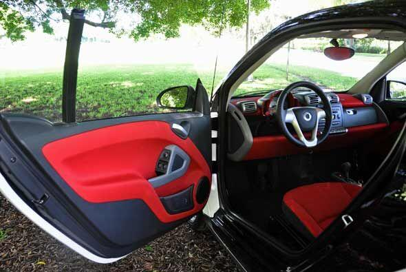 Por dentro el smart fortwo ofrece lugar para dos pasajeros, pero es suma...
