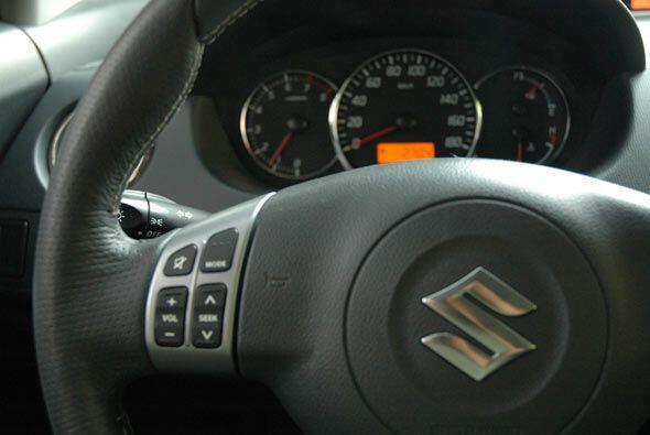 Los controles en el volante son bastante intuitivos.