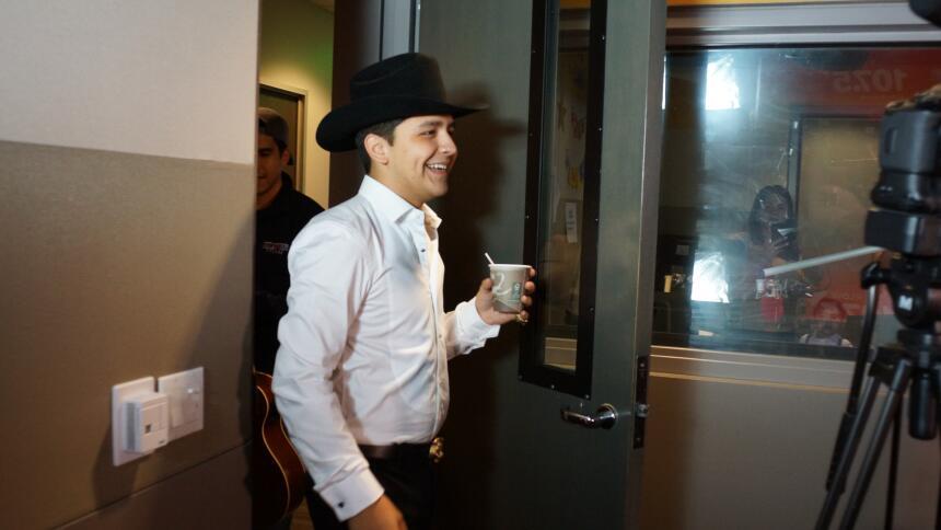 Christian Nodal amaneció celebrando sus logros en la cabina de Omar y Ar...