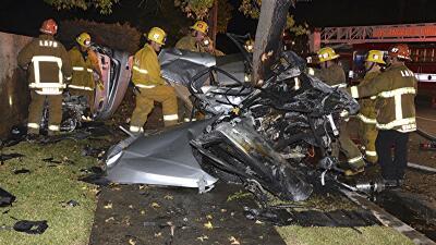 Bomberos de Los Ángeles inspeccionan los restos de un vehí...