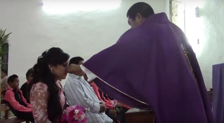 En este video, con casi 500,000 reproducciones, un sacerdote le pellizca...