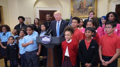 Trump rodeado de niños de una escuela pública en su despac...