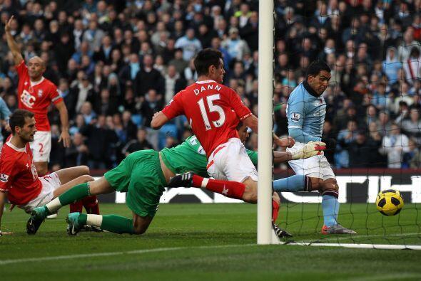 Manchester City no pudo ante la fuerte defensa del Birmingham. Carlos Té...