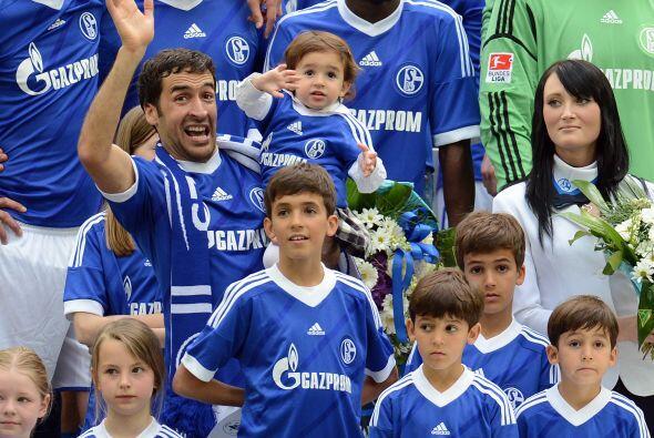 Al final del juego, Raúl y su familia dieron una vuelta al campo de juego.