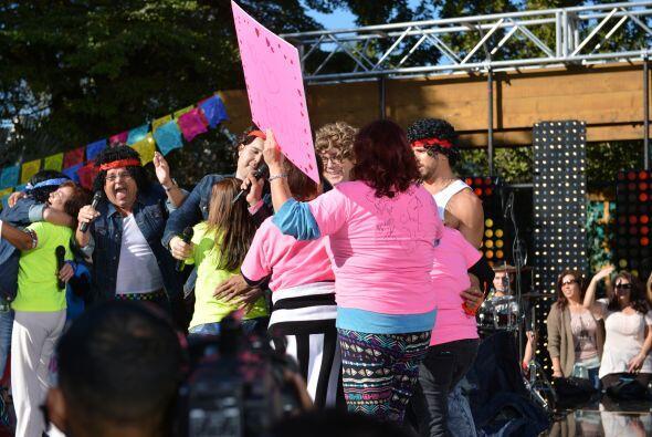 Las fans de de 'Mensudos' también aparecieron en el escenario para abraz...