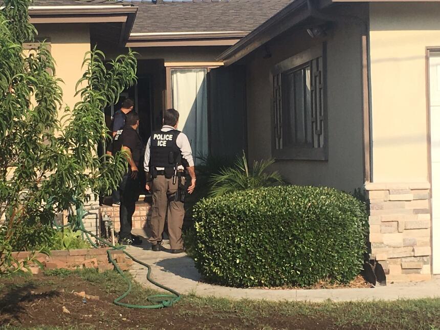 """Uno de los agentes de ICE tocó la puerta y exclamó """"¡Policía!"""", a pesar..."""