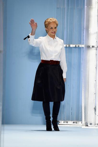 Al finalizar, la diseñadora Carolina Herrera apareció con su ya tradicio...