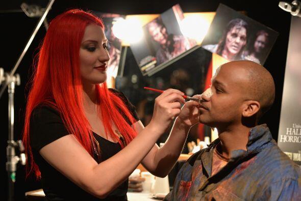 Claro que ambos deben ser muy pacientes porque el maquillador debe ser m...