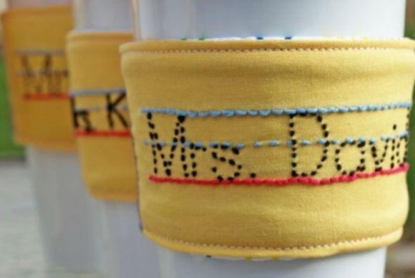 """DECORACI""""N DE VASOS - Regálale un sostenedor de tazas con su nombre para..."""