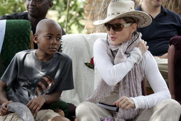 En abril de 2013, Madonna llevó a David Banda a Malawi. Mira aqu&...